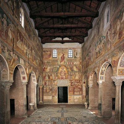 interno di abbazia di pomposa
